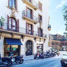 """¿vivir en el centro de Barcelona en un edificio de arquitectura romántica del s. XIX? apartamentos de 2 dormitorios amueblados o sin amueblar, con balcón y terraza / solarium comunitaria """"the roof"""", para larga estancia. + info@thesuites.es #barcelona #galvany #sarria #santgervasi #longstay #thesuites"""