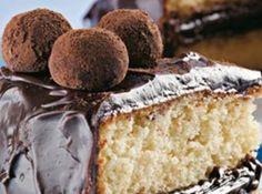 Receita de Bolo Trufado - bolo ao meio, recheie com metade da massa de trufa, coloque a outra parte do bolo e cubra com a trufa restante reservando um pouco de massa para a...