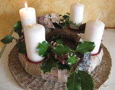 100gr de Inspiração: Coroa do advento Coron, Pillar Candles, Christmas Time, Base, Altar Decorations, Christmas Wreaths, Christmas Crafts, Wreaths, Candles