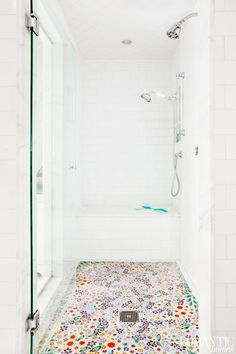 Vibrant Cottage Decor with Floral Flair: House Tour. floral shower tile farbe Vibrant Cottage Decor with Floral Flair: House Tour Bad Inspiration, Bathroom Inspiration, Beautiful Bathrooms, My New Room, Home Decor Accessories, Cheap Home Decor, My Dream Home, Home Remodeling, House Styles