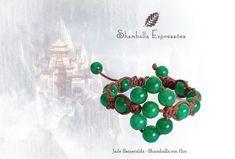 Pulseira Shamballa em Flor Jade Esmeralda confeccionada em macramê e pedras naturais,  energizadas com energia Reiki  17 pedras de 8mm Compras pelo site http://www.elo7.com.br/42FDAA #jewelry #biojoias #yoga #yogis #om #zen #espiritual #stone #hippie #bracelets #hippiechic #acessorios #shiva #handmade #pedrasnaturais #pulseirismo #shamballa #boho #bohochic #shamballaexpressoes #meditation #amor #paz #yogalifestyle #energy