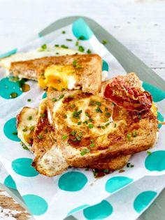 Mit dieser köstlichen Kombination aus Herzhaft und Süß startet man doch gleich doppelt so gut in den Tag: Spiegelei-Toast mit Bacon und Ahornsirup