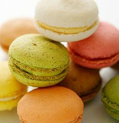 What is the difference betweens macarons and macaroons? They're delicious but very different cookies, and it's super easy to tell them apart. Chocolate Macaroons, French Macaroons, How To Make Macarons, Making Macarons, Homemade Macarons, Italian Hot, Macaron Recipe, Macaron Cookies, Crack Crackers