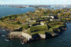 Finlandia 02 Fortaleza de Suomenlinna Construida por los suecos en la segunda mitad del siglo XVIII, esta fortaleza ocupa un grupo de islas situadas a la entrada de la rada de Helsinki. Es un ejemplo particularmente interesante de la arquitectura militar europea de la época.