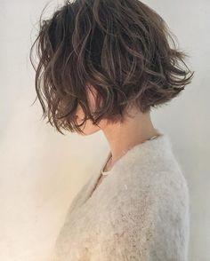 いいね!678件、コメント5件 ― 安藤圭哉 🌿SHIMA PLUS1 stylistさん(@andokeiya)のInstagramアカウント: 「. #切りっぱなしボブ に #くせ毛風パーマ の組み合わせで、抜け感たっぷりのハンサムボブ☝🏻️👖 . お客様一人一人に似合わせます✂︎ .…」 Short Hair Bun, Curly Hair Cuts, New Hair Look, Love Hair, Japanese Short Hair, Shot Hair Styles, Corte Y Color, Hair Brained, Permed Hairstyles