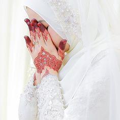 Image may contain: one or more people, wedding and closeup Beautiful Muslim Women, Beautiful Hijab, Beautiful Dresses, Muslim Wedding Dresses, Wedding Hijab, Cute Muslim Couples, Muslim Girls, Wedding Henna Designs, Mehndi Designs