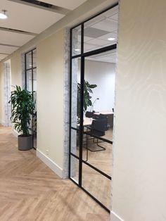 Stalen kozijn in kantoorinterieur. Strak en ruimtelijk. Prachtig gecombineerd met eiken visgraat vloer en marmer op de wand. Voor een 'sophisticated' kantoor look. #officedesign #simplysteel Interior Concept, Modern Interior Design, Steel Doors And Windows, Inside Doors, Window Frames, Double Doors, Steel Frame, Sliding Doors, Entrance