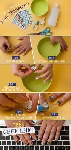 utiliza alcohol para poner fotos a todo color, impresos a ordenador en sus uñas.50 por ciento de alcohol isopropílico trabajó lo mejor para la transferencia de la tinta. Se utilizó una capa de base blanca para ayudar a los colores pop, y nos aseguramos de que el esmalte estaba totalmente seca antes de intentar una transferencia.  http://blog.modcloth.com/2012/07/18/nail-klub-get-geek-week-chic-with-diy-nail-transfers/#more-57304