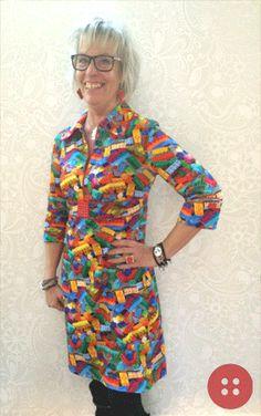 Tips og kitschet inspiration fra Sanne. Som du kan se har hun syet en Lego kjole (Line2Line K248) med diverse Legoklodsdetaljer - Læg mærke til den sjove fingerring, øreringene, manchetterne på ærmerne og det smarte spænde under bryst. Alle legoklodserne er udboret og pålimet med similisten - nemt enkelt, kitschet og rigtig sjovt   Husk kun din egen fantasi sætter grænser for hvad du kan udrette ! Kitsch, Wrap Dress, Tips, Inspiration, Dresses, Fashion, Biblical Inspiration, Vestidos, Moda