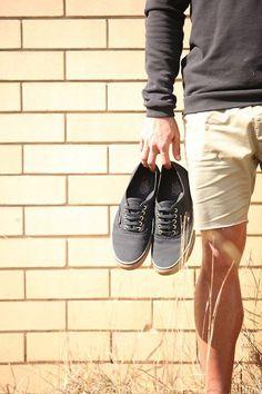 Men's spring + summer: Sweatshirt, shorts + sneakers in neutral colors.