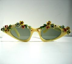 Accesories, Jewerly & Fashion: The trend of vintage sunglasses and how to use them by Nat Cebrián Arte Fashion, Look Fashion, Moda Vintage, Vintage Love, Vintage Decor, Vintage Style, Vintage Accessories, Fashion Accessories, Fashion Jewelry