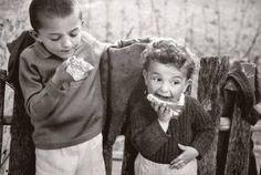 22 φωτογραφίες που δείχνουν πως έπαιζαν τα παιδιά στην παλιά Ελλάδα - Τι λες τώρα; Black And White Photography, Old Photos, Greece, Childhood, Memories, Couple Photos, Children, Image, Black White Photography