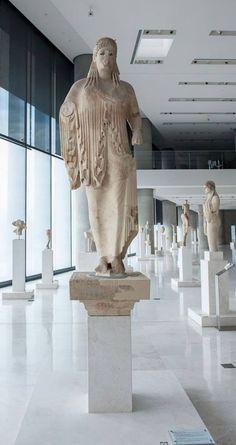 Κόρη του Αντήνορος , Μουσείο της Ακρόπολης Η κόρη του Αντήνορος ύψους 201 εκ. , δουλεμένο σε ενιαίο μάρμαρο (μονόλιθο) μαζί με την πλίνθο (4εκ.) είναι έργο αρχαϊκής τέχνης του γλύπτη Αντήνορος.