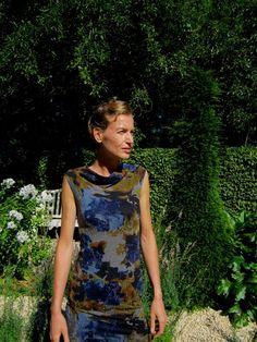 Kostenlose Nähanleitung und Schnittmuster für ein Ärmelloses Kleid mit drapiertem Kragen.