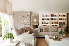 11 00381239. Amplio salón con estanterías y un gran ventanal con estores blancos_11 00381239