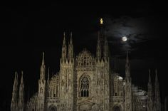 The Super Moon dominates the imposing Gothic facade of Milan Cathedral, the third largest church in the world.  © IPA PRESS / SIPA