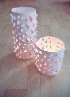 Habt ihr schon kleine oder große Bastelprojekte für 2013 im Hinterkopf? Ich hätte da gleich einen Vorschlag zu machen: Teelichter basteln. Die kleinen Lichtquellen wecken die Kreativität und verbreiten an dunklen Tagen warmes Licht. Ob aus Papier, Wolle oder Glas, heute gibt es die schönsten Ideen auf einen Blick.