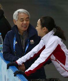笑顔で話す浅田真央と佐藤信夫コーチ=17日、ロシア・ソチ(大里直也撮影)
