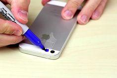 Él pone cinta adhesiva en su teléfono y la pinta de azul. Lo que ve a continuación es ASQUEROSO.