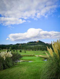 Die Toskana ist bei Kulturinteressierten ebenso beliebt wie bei Weinliebhabern. Die Toskana lässt aber auch das Herz vieler Golfer höher schlagen. Denn sie bietet einige der schönsten Golfplätze Italiens. Somit kann man also eine Kultur- oder Wein-Rundreise bestens mit einer Golfrunde verbinden. #golf #reisetipps Golfer, Hotels, Golf Courses, Green Landscape, Cypress Trees, Lake Garda, Tuscany, Old Town