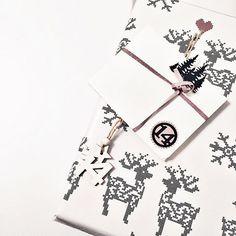 today's size differences.  but love both!! 10 Tage noch? Echt jetzt?  Bin noch gar nicht so weit. Werde aber später wohl noch ein paar fertige Weihnachtspostkarten schreiben. Schaffe das aus aktuellem Anlass einfach nicht mit der Massenproduktion, möchte aber trotzdem gern ein paar liebe Worte verschicken. Wer will noch auf meine Liste? Dann ist jetzt der richtige Zeitpunkt für einen kleinen   #adventskalender #giftwrapping #vonmeinenbeidenlieblingsmenschen #zugutfürdiesewelt