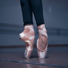 Yoga Dance, Dance Poses, Ballet Dance, Pointe Shoes, Ballet Shoes, Flexibility Dance, Ballet Feet, Dance Images, Gloves Fashion
