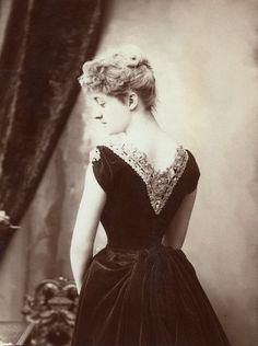 Edwardian girls not only fascinated by their clothing, many of them also had a pure beauty as angels. Check out these lovely vintage photos to see the beauty of… 1880s Fashion, Gothic Fashion, Victorian Fashion, Vintage Fashion, Women's Fashion, Victorian Photos, Victorian Women, Edwardian Era, Woman Back