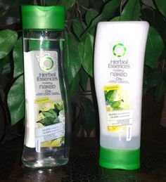 Herbal Essences clearly naked Glanz Shampoo und Spülung. Das Shampoo verspricht seidig, weiches Haar das in der Sonne glänzt durch glanzverstärkende Pflegeformel. Das farblose Shampoo hat einen dez...