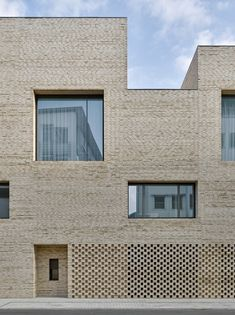 Image 30 of 44 from gallery of City Library Heidenheim / Max Dudler. Photograph by Stefan Müller Library Architecture, Brick Architecture, Contemporary Architecture, Brick Design, Facade Design, Brick Detail, City Library, Small Buildings, Brick Building