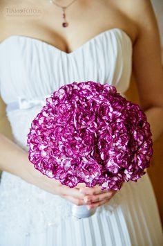 TiAmoFoto.pl bukiet ślubny, wedding bouquet, bukiet panny młodej, bride, kwiaty, ślub, fotografia ślubna, wesele, fotograf, detale, dodatki ślubne, dekoracje, goździki, fioletowy