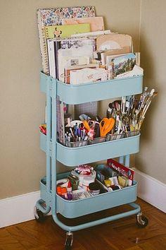 こちらはIKEAのカートを利用したもの。 書籍だけでなく、メモ帳やペンなどの文房具をまとめて収納してもgood!