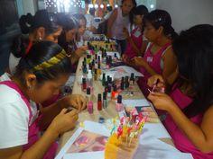 Nuestras chicas en pleno proceso de creación de los lindos diseños por San Valentín.