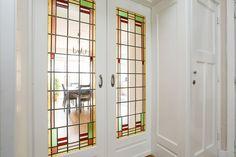 Jaren30woningen.nl | Mooie schuifdeuren met glas in lood in een jaren 30 woning #kamerensuite