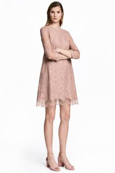 Short lace dress with an opening and button at the back of the neck and 3/4-length sleeves. Lined.