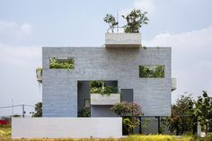 Situated in Ho Chi Minh City, Vietnam, this green concrete residence was designed in 2016 by Vo Trong Nghia Architects. Description by Vo Trong Nghia Architects Binh house is one of the many projects Ho Chi Minh Ville, Ho Chi Minh City, Architecture Résidentielle, Contemporary Architecture, 3d Printed House, Water House, Roof Plan, Green Building, Detached House