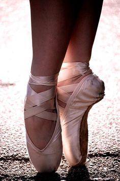 I am so into ballet right now! Dance Photos, Dance Pictures, Ballet Pictures, Ballet Art, Ballet Dancers, Pointe Shoes, Ballet Shoes, Dancer Photography, Ballet Beautiful