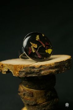 Originale anello realizzato a mano con colata di resina con effetto lucido nella quale sono inglobate dei frammenti di vere foglie autunnali.  Il