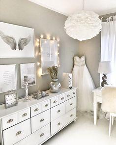 Hääpuku on päässyt esille kaapista ja tuo kivaa tunnelmaa työhuoneen sisustukseen. Room Decor, Decor, Living Room, Interior Decorating, Home, White Decor, Cozy House, Home Decor, Room