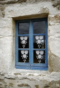 Lace Curtains, French Cottage, Kitchen Curtains, Stairways, Crochet Clothes, Windows And Doors, Brittany, Living Room Designs, House Design