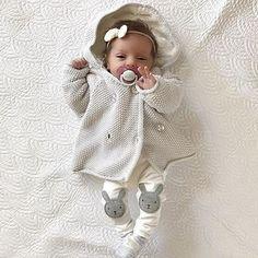 Päivän söpöysyliannostus! Pienet rusetit tyttövauvoilla sulattavat sydämeni joka kerta! Entä nuo housut! Zaran mallistossa taisi hetki sitten olla samanlaiset ja ihastelin niitä jo silloin Täydellinen päivänasu: @notsomumsy • • • She is the cutest, like a little doll And I love this outfit Marcia! @notsomumsy