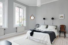 Sovrummet är nymålat i gråa sobra toner