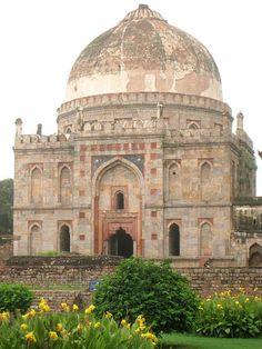 Mausolée Bara Gumbad dans le jardin des Lodis à Dellhi (1494). La dynastie des Lodi, est une dynastie musulmane sunnite d'origine afghane qui règne sur le sultanat de Delhi de 1451 à 1526.