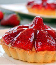tarte à -la-fraise et creme patissiere facile Desserts Around The World, Just Desserts, Delicious Desserts, British Baking, Mini Pies, Sweet Pie, Culinary Arts, Cute Food, Macaroons