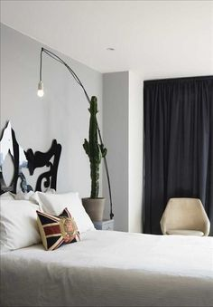 Sovrummet med sänggavel i design av goda vännen Myrica Bergqvist. Golvlampa från Ikea, fåtölj frå...