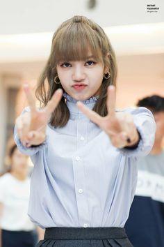 Stay weird stay you💯 Lalisa Manoban Kpop Girl Groups, Korean Girl Groups, Kpop Girls, Lisa Bp, Jennie Blackpink, Yg Entertainment, Hotarubi No Mori, Lisa Blackpink Wallpaper, Black Pink Kpop