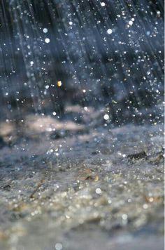 Rain drops keep falling on my head. Walking In The Rain, Singing In The Rain, Rainy Night, Rainy Days, Foto Macro, Pueblo Colorado, Foto Top, I Love Rain, Hail Storm
