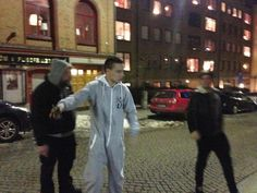 Liam was wearing a onesie in Stockholm ! And there's Louis :)