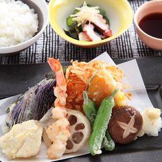 天ぷら(7種)・桜えびと玉ねぎのかき揚げ/天つゆ/ごはん/たことわかめときゅうりの酢の物
