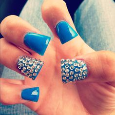 Her nails look like blue duck bills. no.