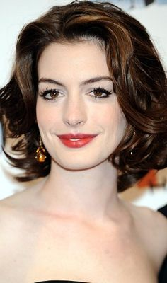 Anne Hathaway Short Haircuts for Wavy Hair Hair Styles 2016, Medium Hair Styles, Curly Hair Styles, Haircuts For Wavy Hair, Bob Hairstyles, Short Curls, Short Hair Cuts, Jessica Biel, Cabelo Emma Stone
